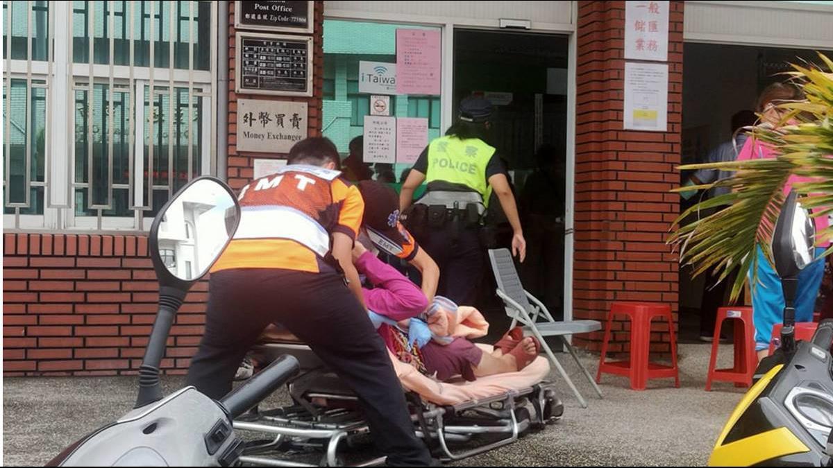 麻豆婦女排隊搶購三倍券 突然軟腳倒地! 警消判斷:應為血糖過低