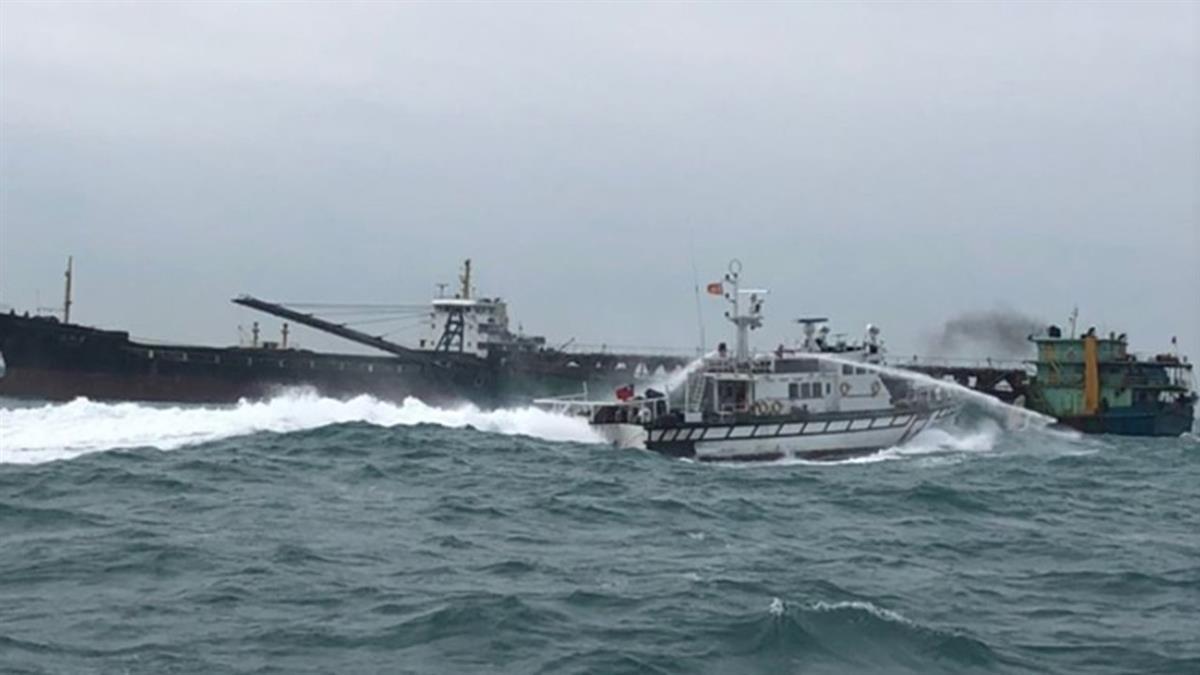 陸盜砂船慘了!海巡署硬起來反擊 查扣擊沉當漁礁