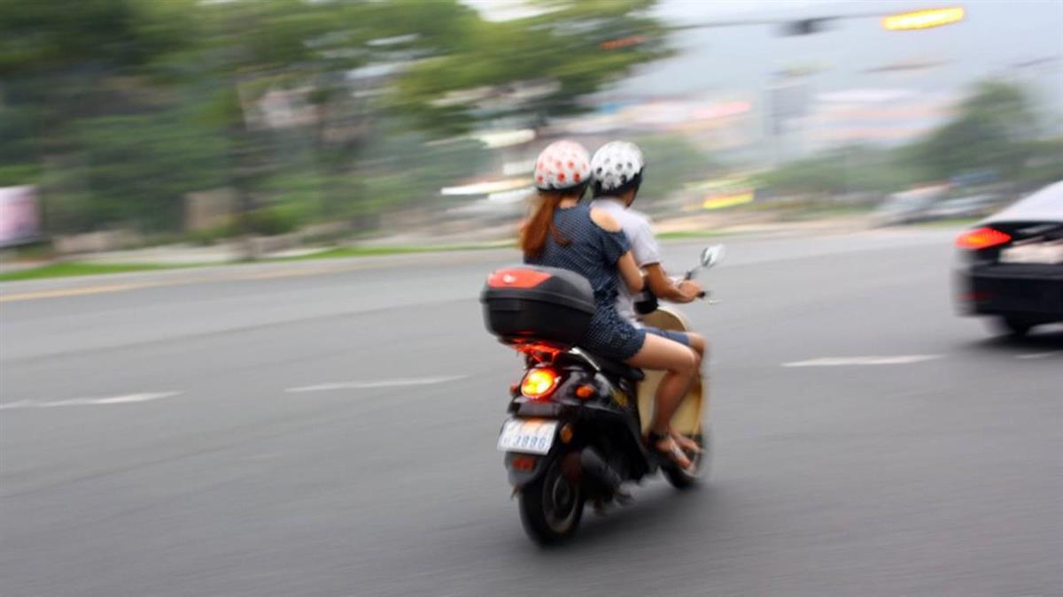 與曖昧對象出遊!男騎車超速要求罰單「AA制」 網狂轟:放生吧!