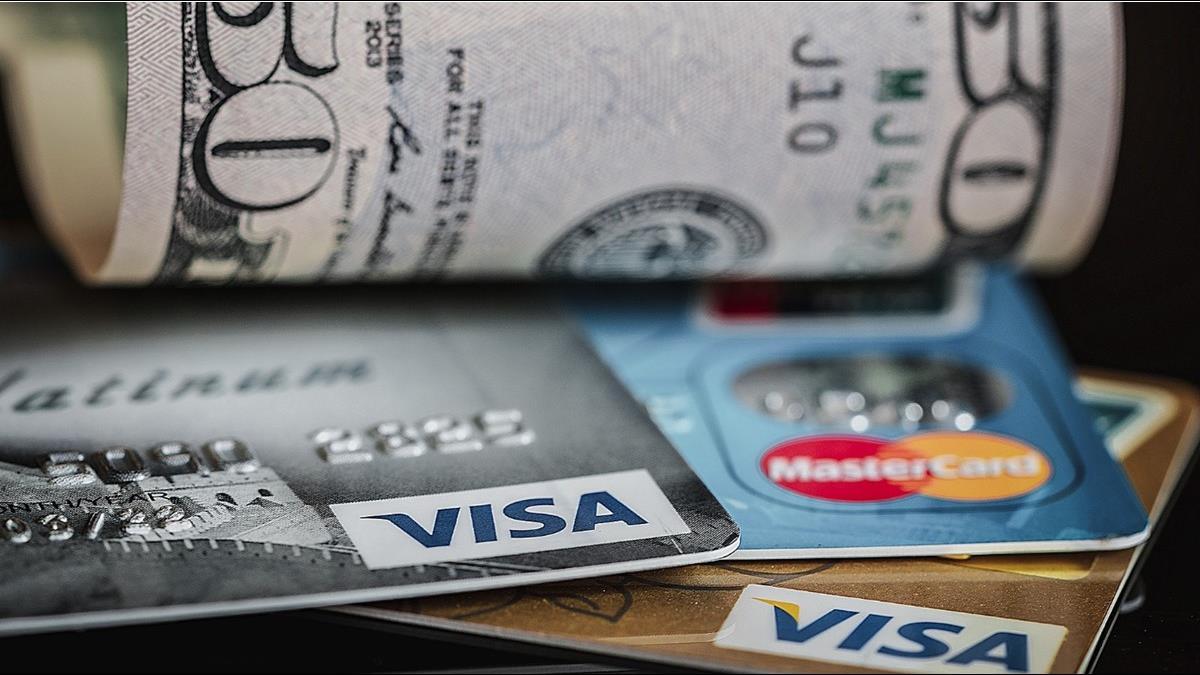 他欠卡債還不了…急問「該繳6萬還10萬」 銀行員1招救援