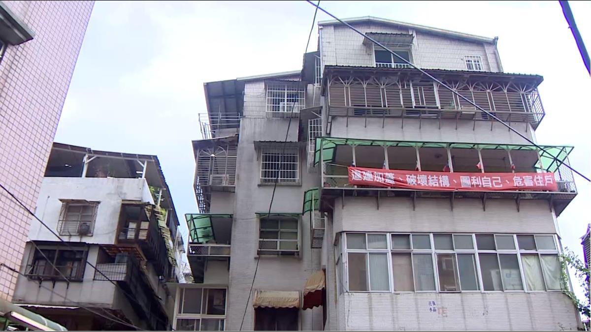 拒絕頂樓隔8間套房出租! 新店住戶掛布條怒槓鄰居
