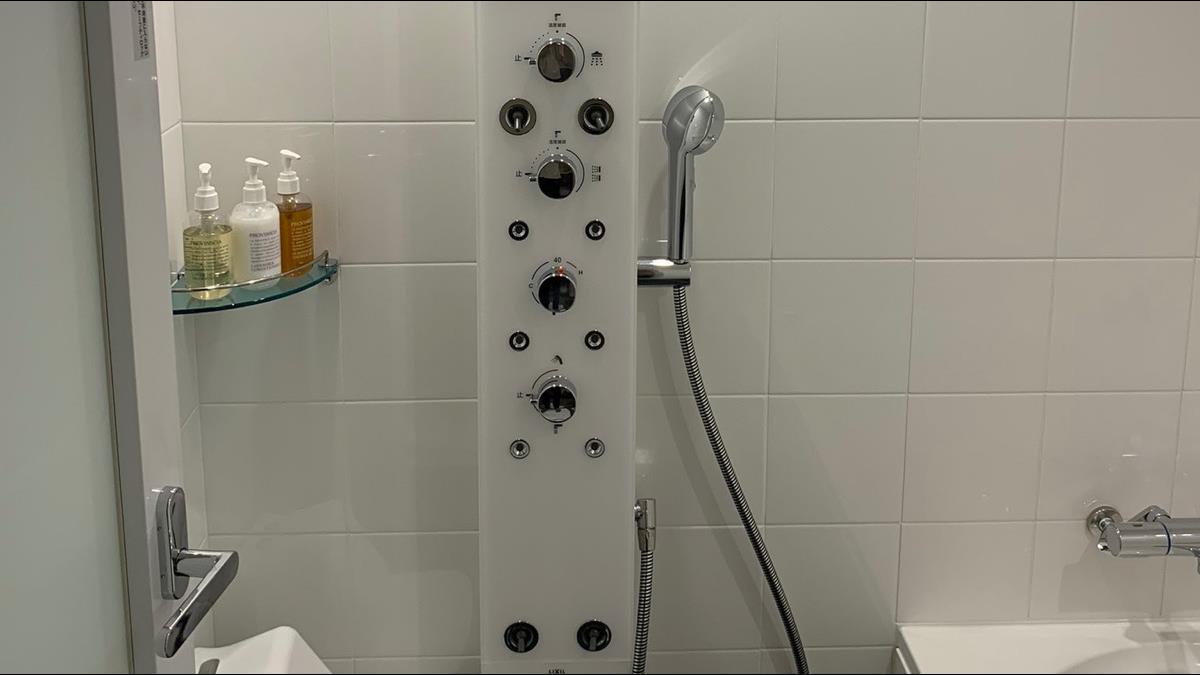 史上最難淋浴間!男住飯店遇多功能淋浴設備 網笑:要執照才會用