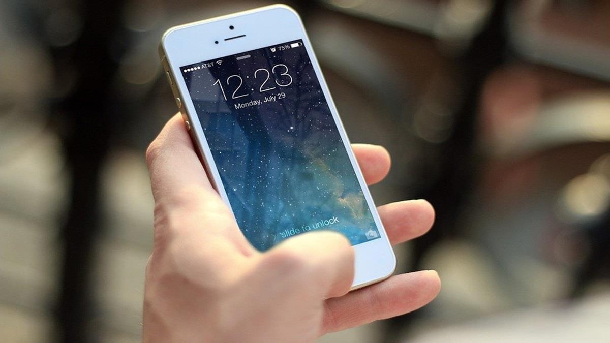 手機用太久小指會變形?網友一看大驚:還有救嗎?