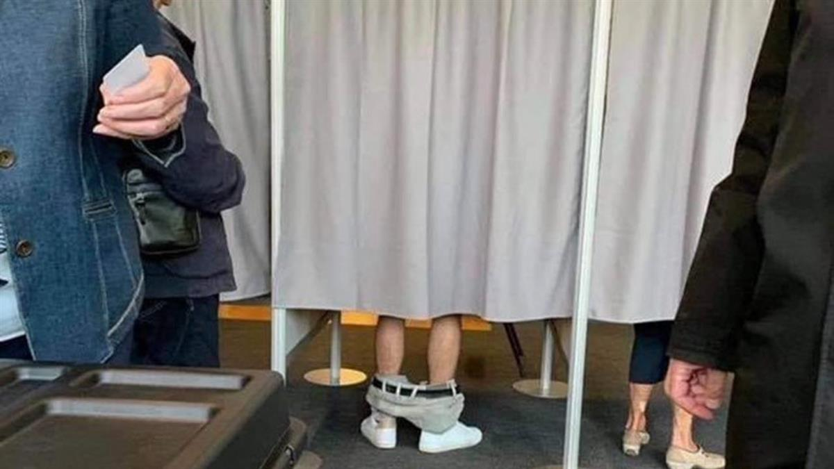 驚人之舉?美國男在投票所內「脫褲蓋章」 網笑:他在紮衣服啦
