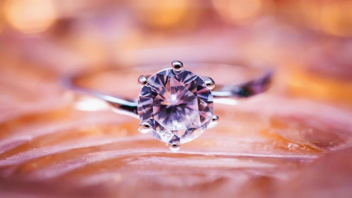14.8克拉!稀有巨鑽「玫瑰花魂」7.3億天價拍出