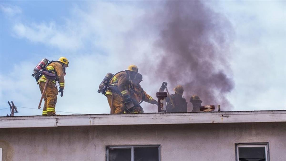 一家4口租屋火警!趴窗呼救「好燙」 房東反控:放任小孩玩火全賠