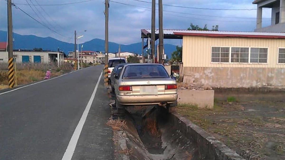 不用找停車位!「美濃日常」停在水溝上 網全看傻:這車技太神了