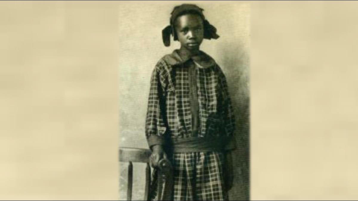 10歲黑人小女孩靠一塊貧地一夕致富!日賺20萬還被宣布成白人