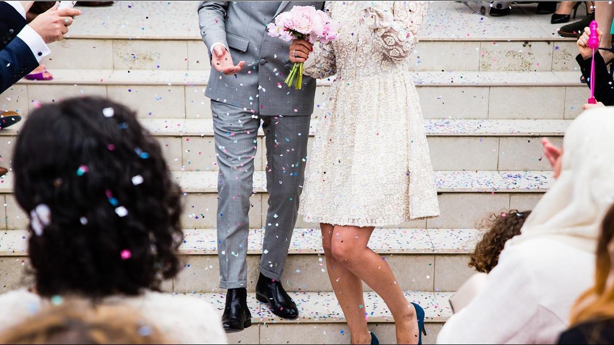 結婚被逼踩瓦片 新郎傻眼「我也要」? 媒婆堅持:是習俗!
