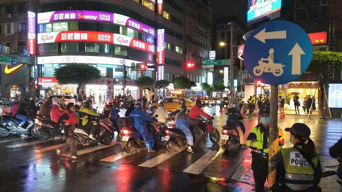 台灣為何堅持機車「二段式左轉」?網戰翻:不覺得怪嗎