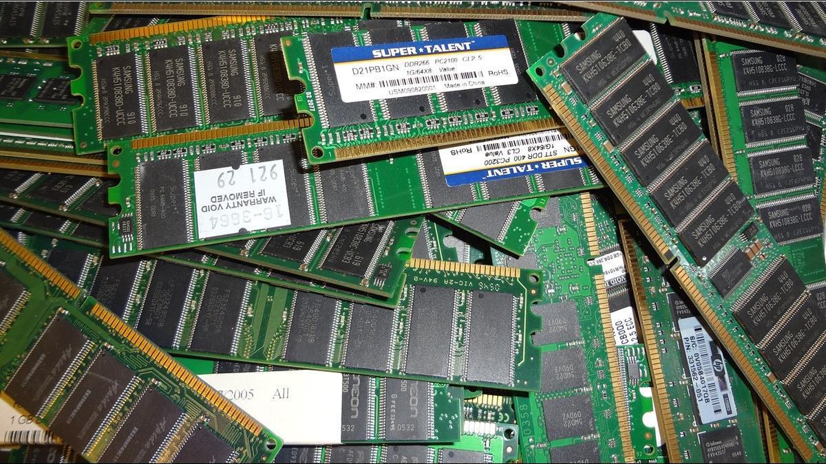 記憶體大缺貨 股價沒動靜?專家曝主力沒走:DRAM 面板先蹲後跳