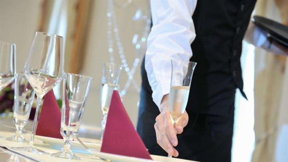 畢業生薪資公開 住宿餐飲最差「轉對行加薪7千」