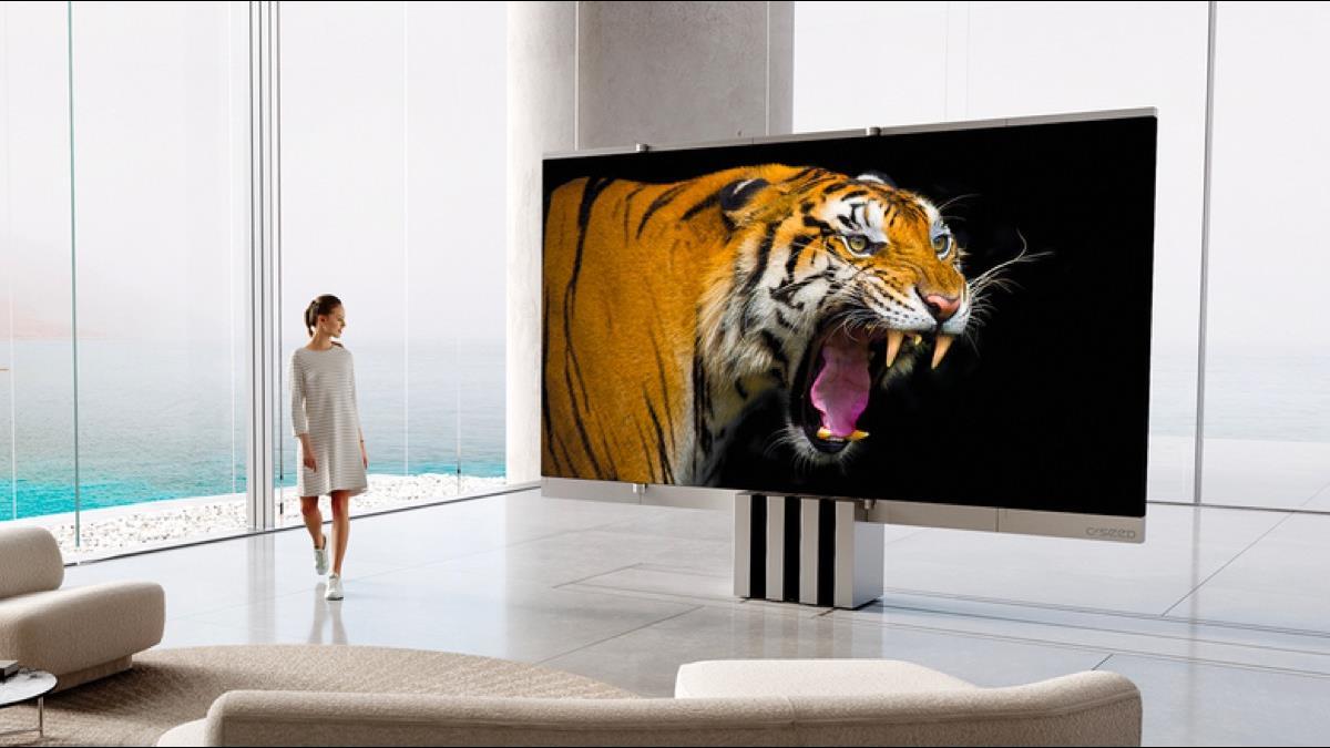 再拚折疊商機!全球首款165吋折疊電視曝光 售價高達1117萬
